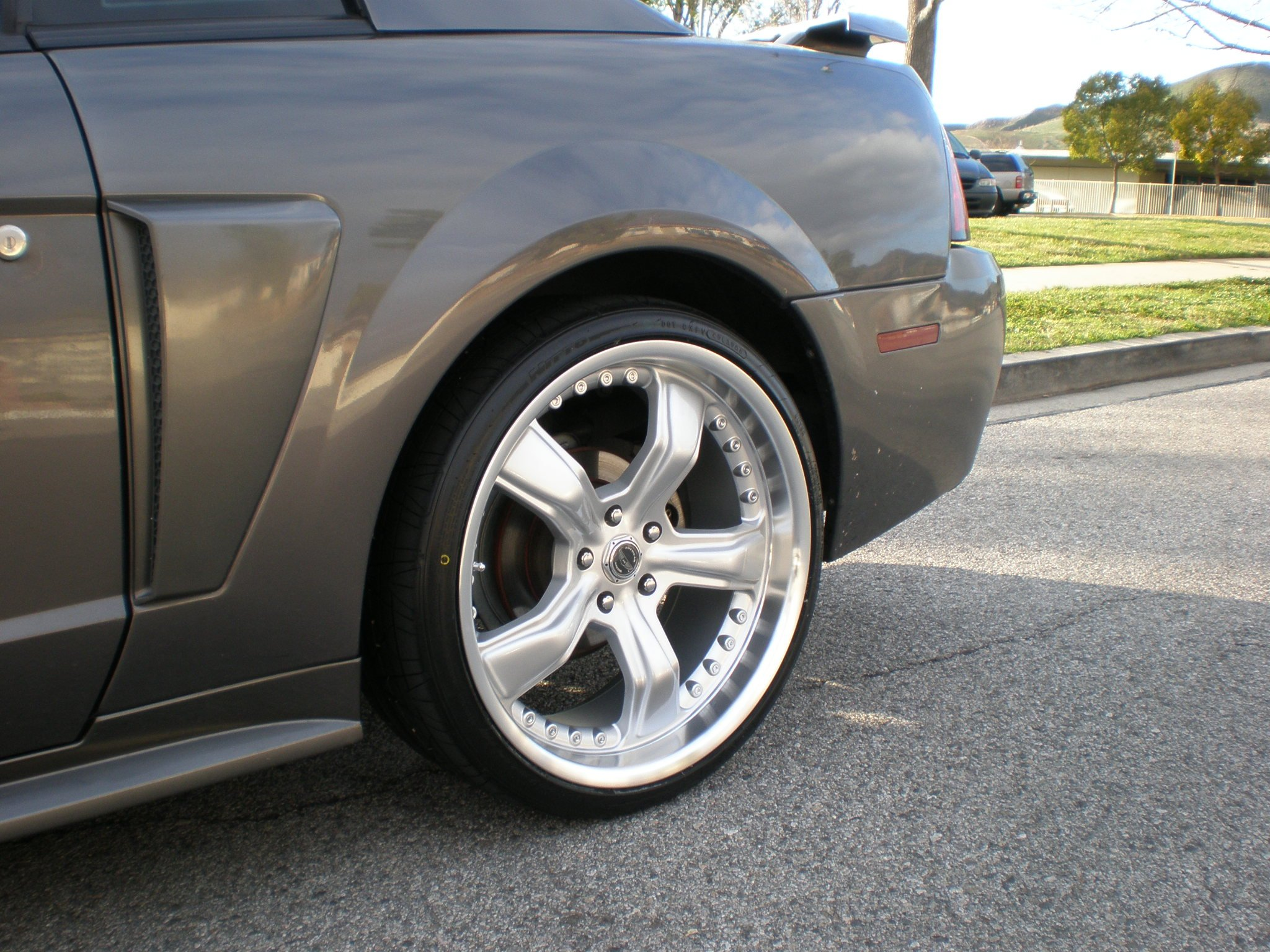 2004 mustang gt tire size